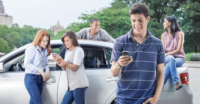 Des façons utiles de parler à votre enfant adolescent de la distraction au volant